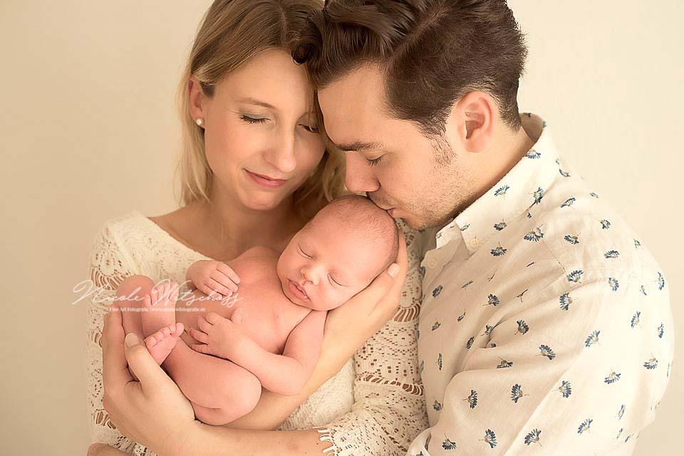 Bilder-von-neugeborenen-babys-natürlich-und-zart-von-nicole-witschass-fine-art-fotografie