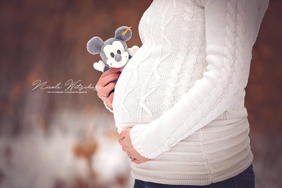 Babybauch-Fotoshooting-draussen-babybauchbilder-in-stuttgart-leonberg-und-böblingen