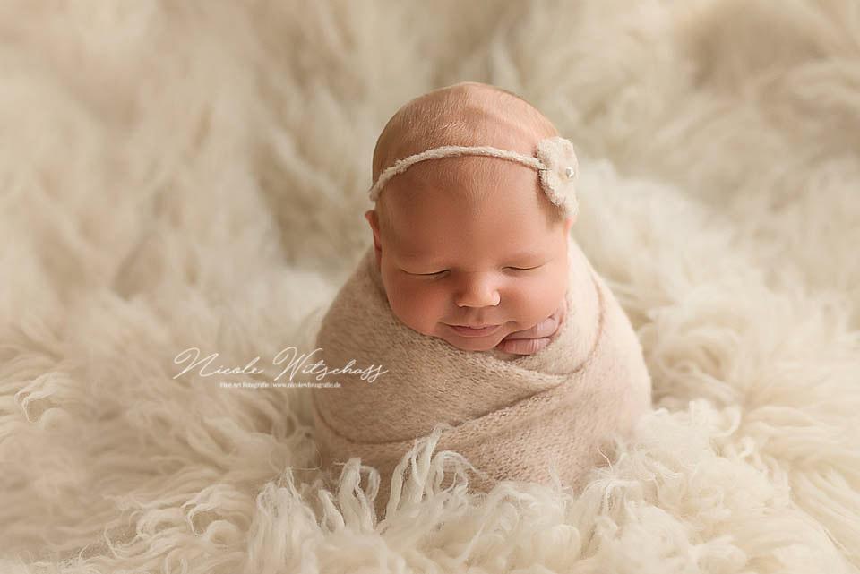 neugeborenes-baby-bei-fotoshooting-in-leonberg-professionelle-Fotos-von-Babys