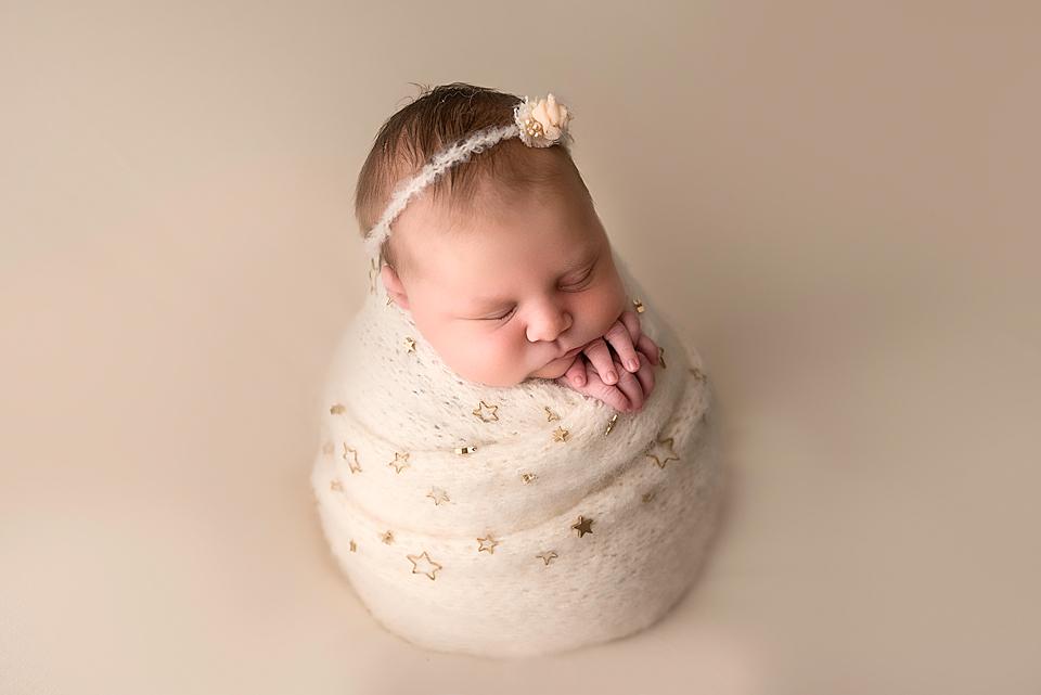 Neugeborenenfoto von einem kleinen 6 TAge alten Mädchen.