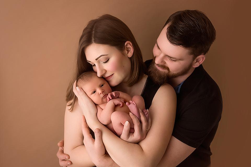Junge Familie beim Fotoshooting mit neugeborener Tocher in Leonberg