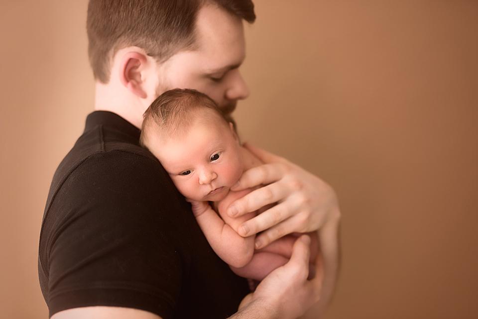 Portrait einees frischgebackenen Papas mit seiner jungen Tochter